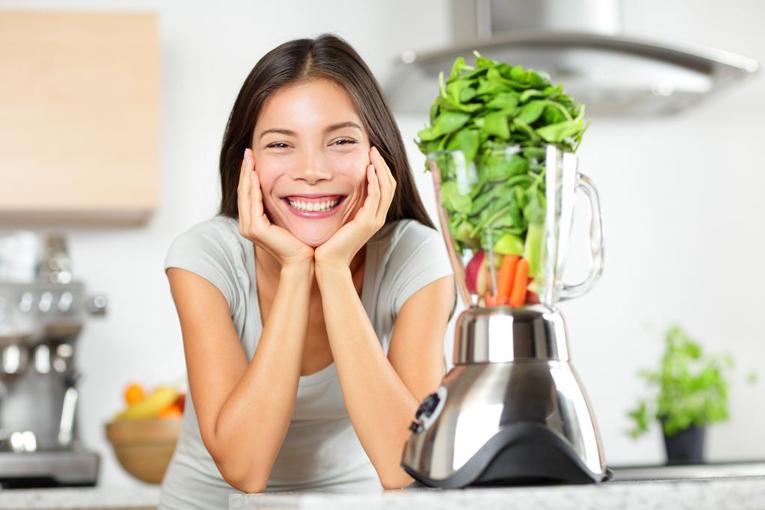 Kadın gülümüyor çünkü diyet yapıyor.